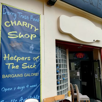 Charity Shop à Derry